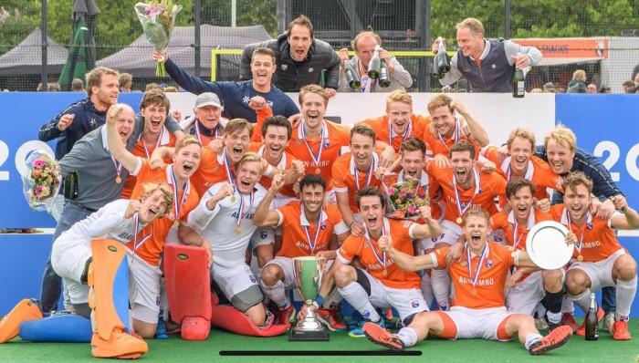 Het winnende team van Bloemendaal onder leiding van Michel van den Heuvel